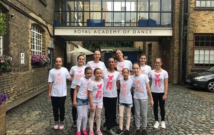 Dilek Bale Kursu Öğrencilerimiz İng Kraliyet Akademisi Londra Yaz okulu eğitimini başarıyla tamamladı ve gösterilerde izleyicileri büyülediler. Sertifikalarını alan Öğrencilerimiz gurur kaynağımız oldu, başarılarının devamını diliyoruz.